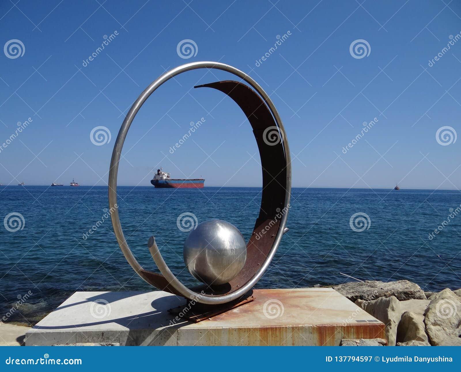 Ciekawy skład «pierścionek «z piłką wśrodku