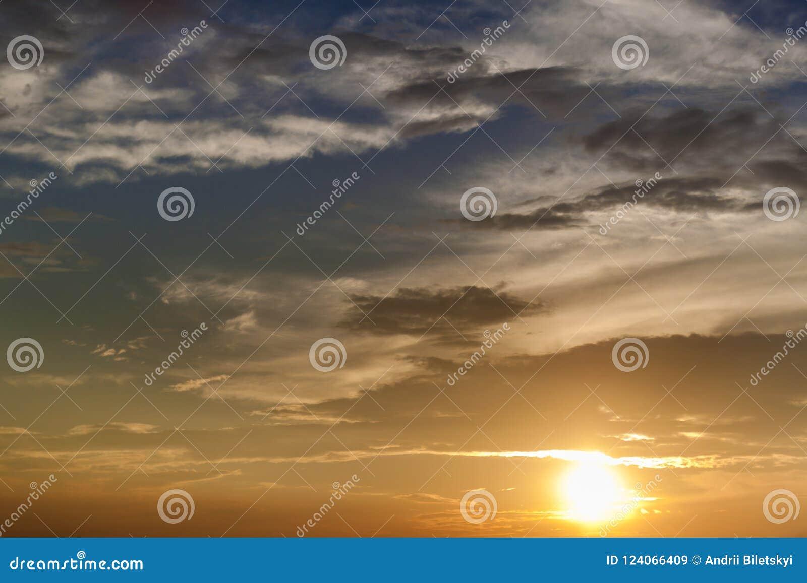 101fae8f79 Panorama de ciel au lever de soleil ou au coucher du soleil La belle vue  des nuages foncés, gris et blancs s'est allumée par le soleil lumineux de  jaune ...