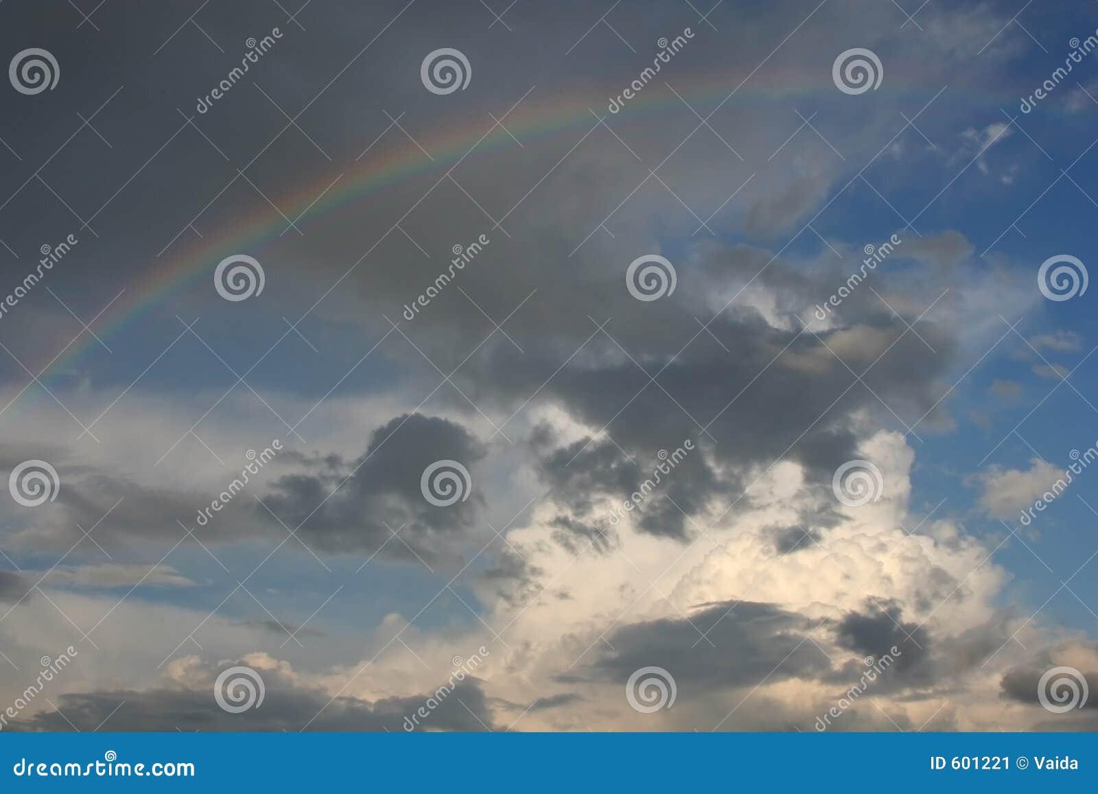 Ciel avec un arc-en-ciel