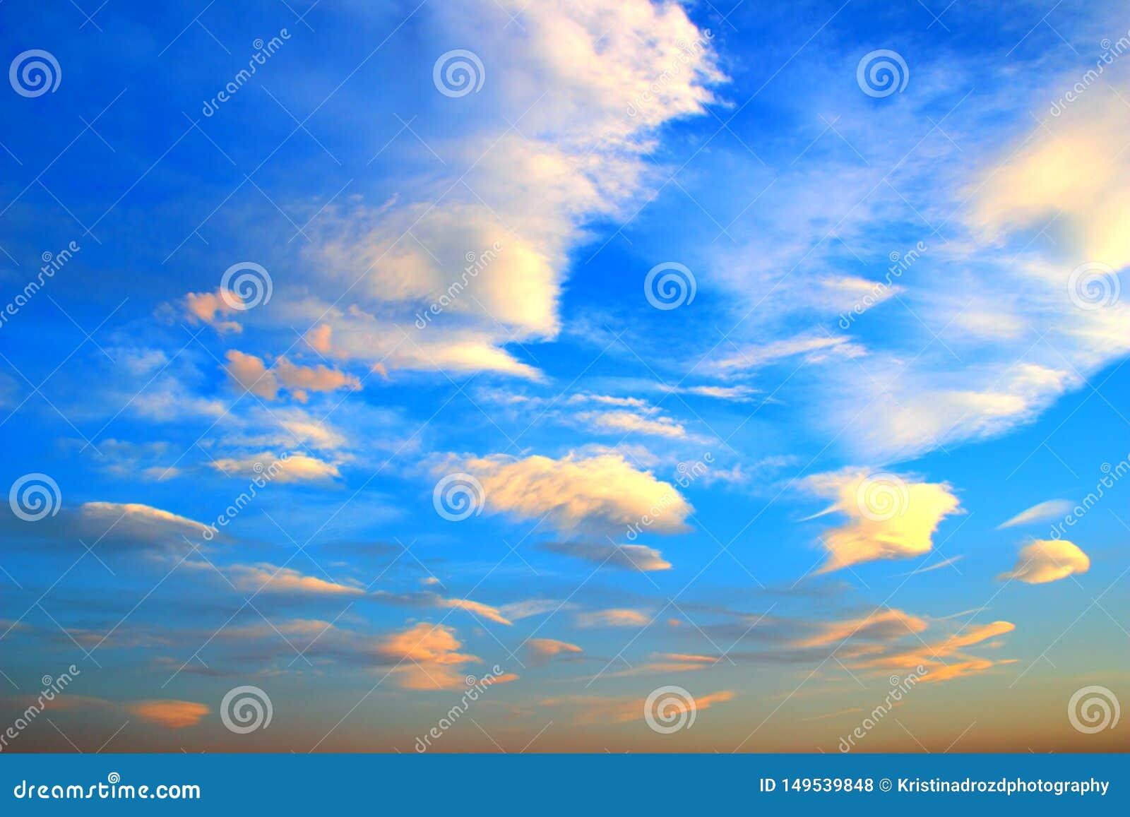 Ciel bleu avec beaucoup de petits nuages pendant le coucher du soleil