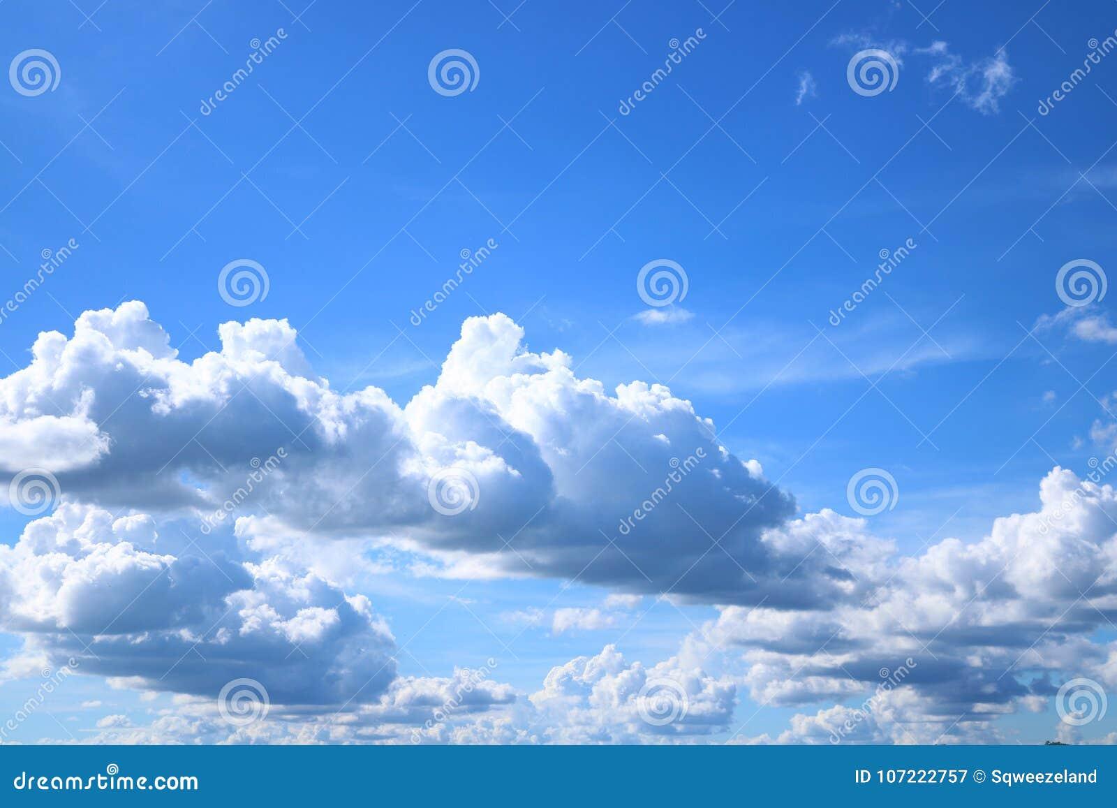 Ciel bleu avec des cumulus