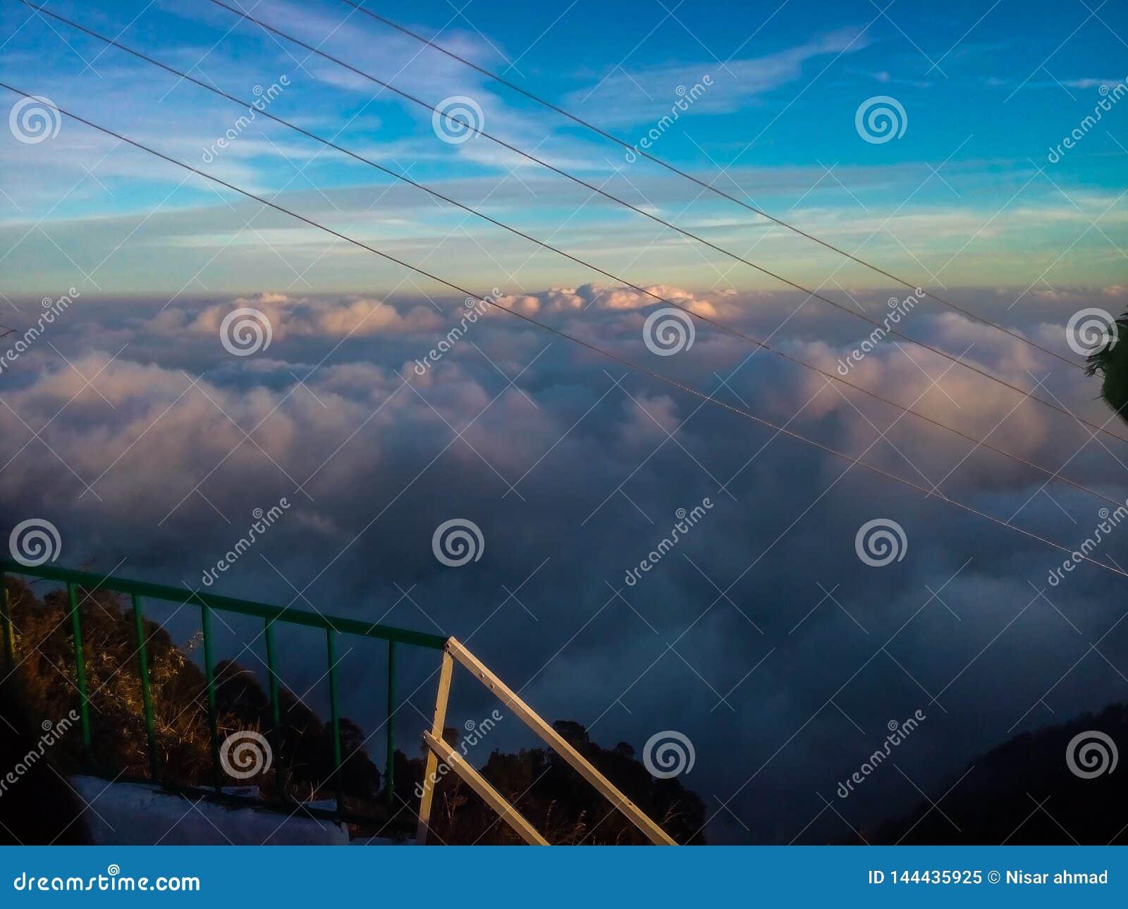 Ciel bleu avec des nuages au-dessus des montagnes