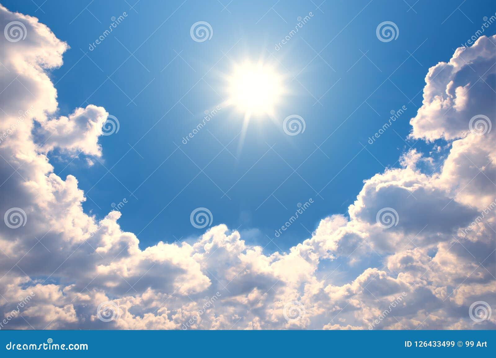 Ciel bleu avec des nuages et la réflexion du soleil Le soleil brille lumineux dedans