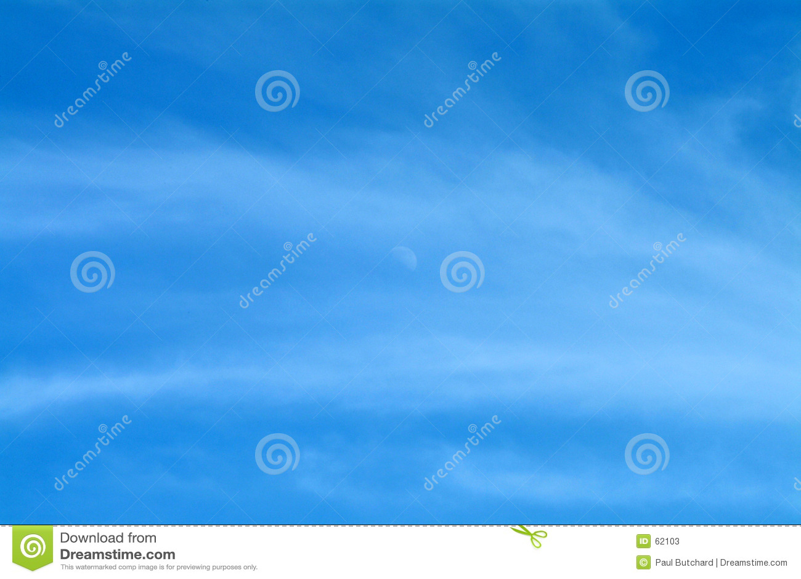 Ciel bleu avec la lune et les nuages Wispy