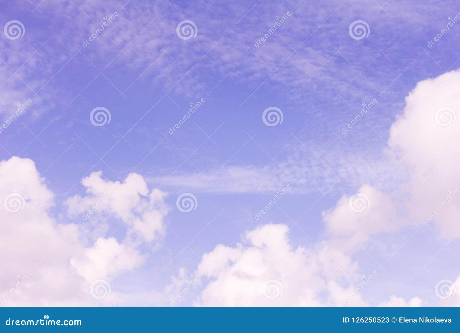 Ciel bleu avec les cirrus blancs de cumulus et
