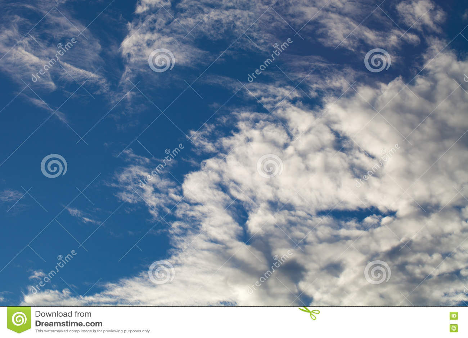 Ciel bleu avec les cumulus blancs