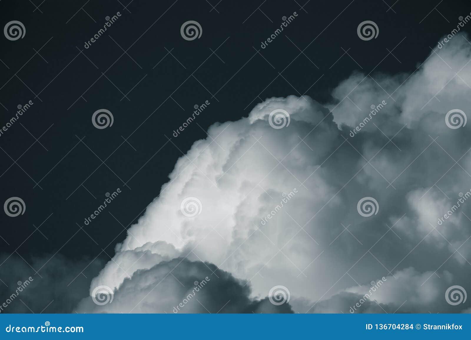 Ciel bleu avec les cumulus blancs toned