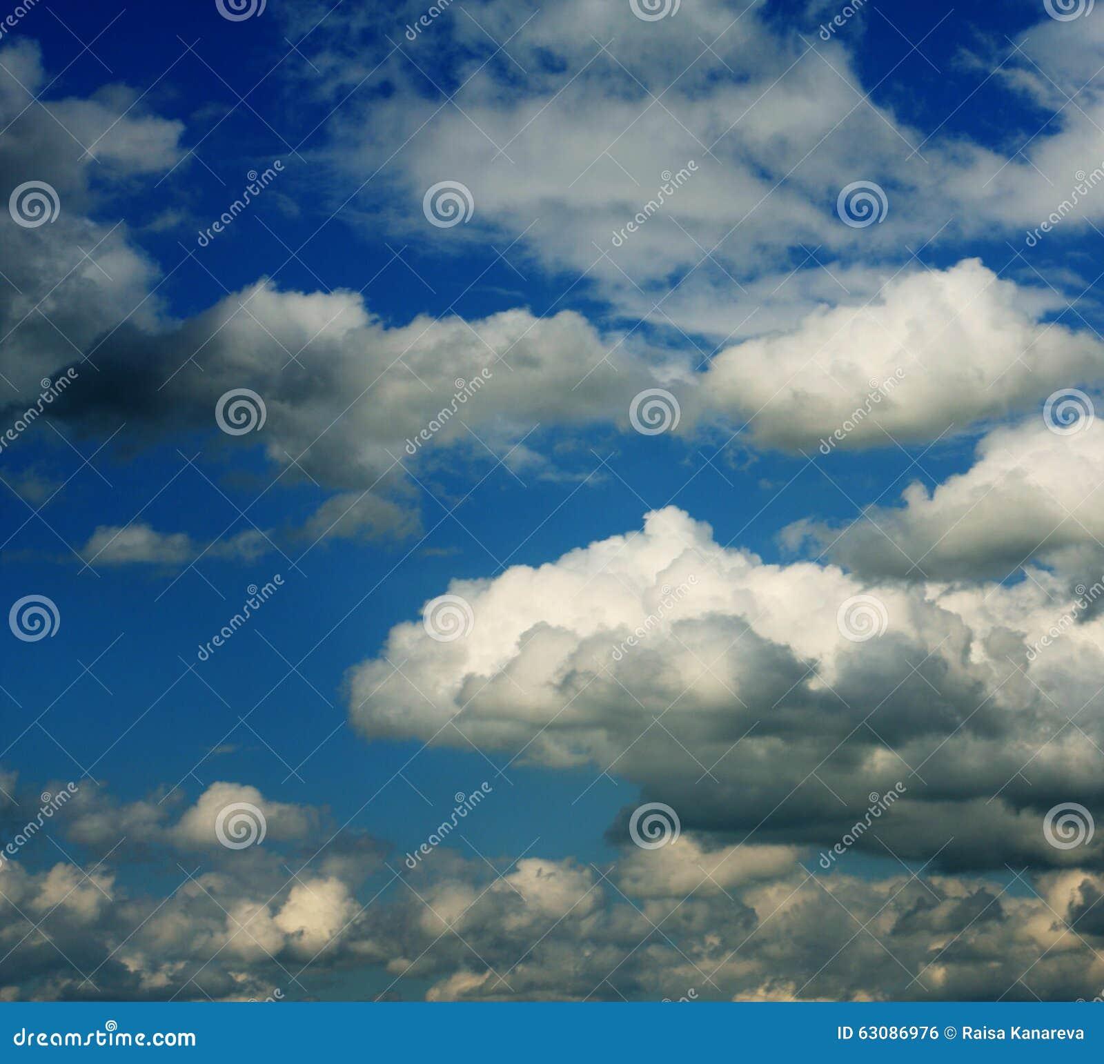 Download Ciel Bleu Avec Les Nuages Blancs Photo stock - Image du outdoors, environnement: 63086976