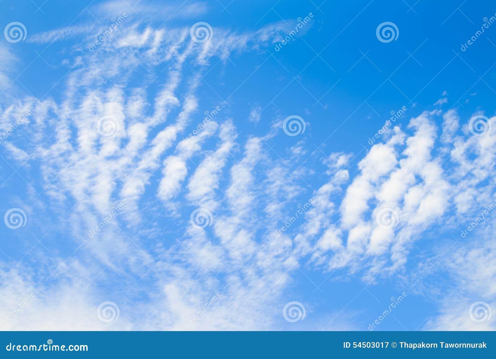 Ciel bleu avec les nuages minuscules