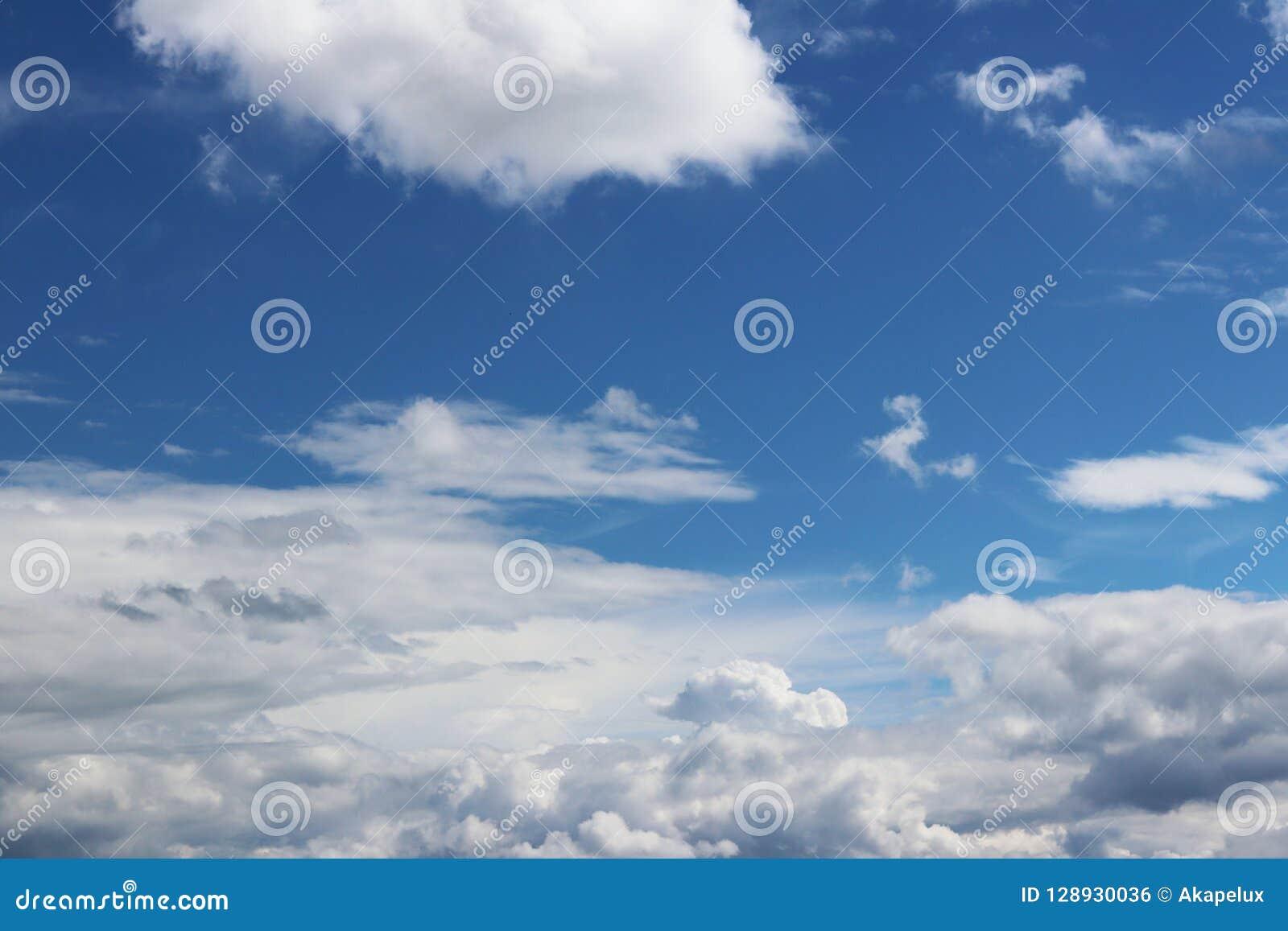 Ciel bleu clair avec le cumulus et les cirrus temps ensoleillé Jo