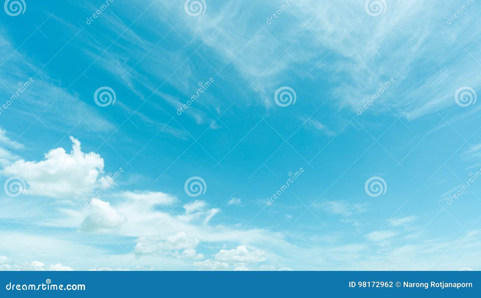 Ciel bleu clair avec le nuage