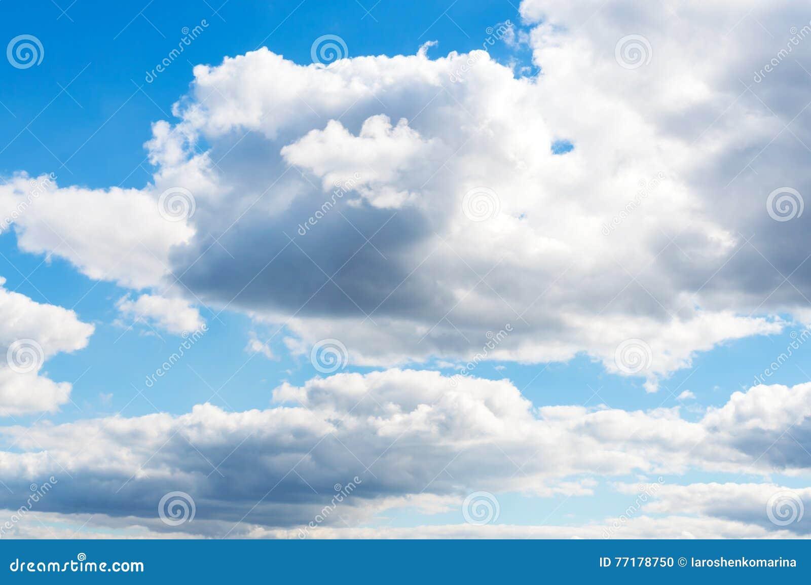 Ciel bleu clair avec les nuages blancs temps beau photo stock image 77178750 - Image ciel bleu clair ...