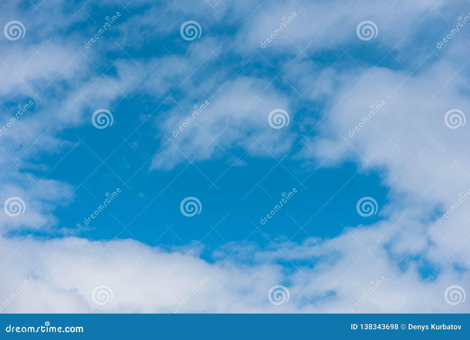 Ciel bleu dans carpathien