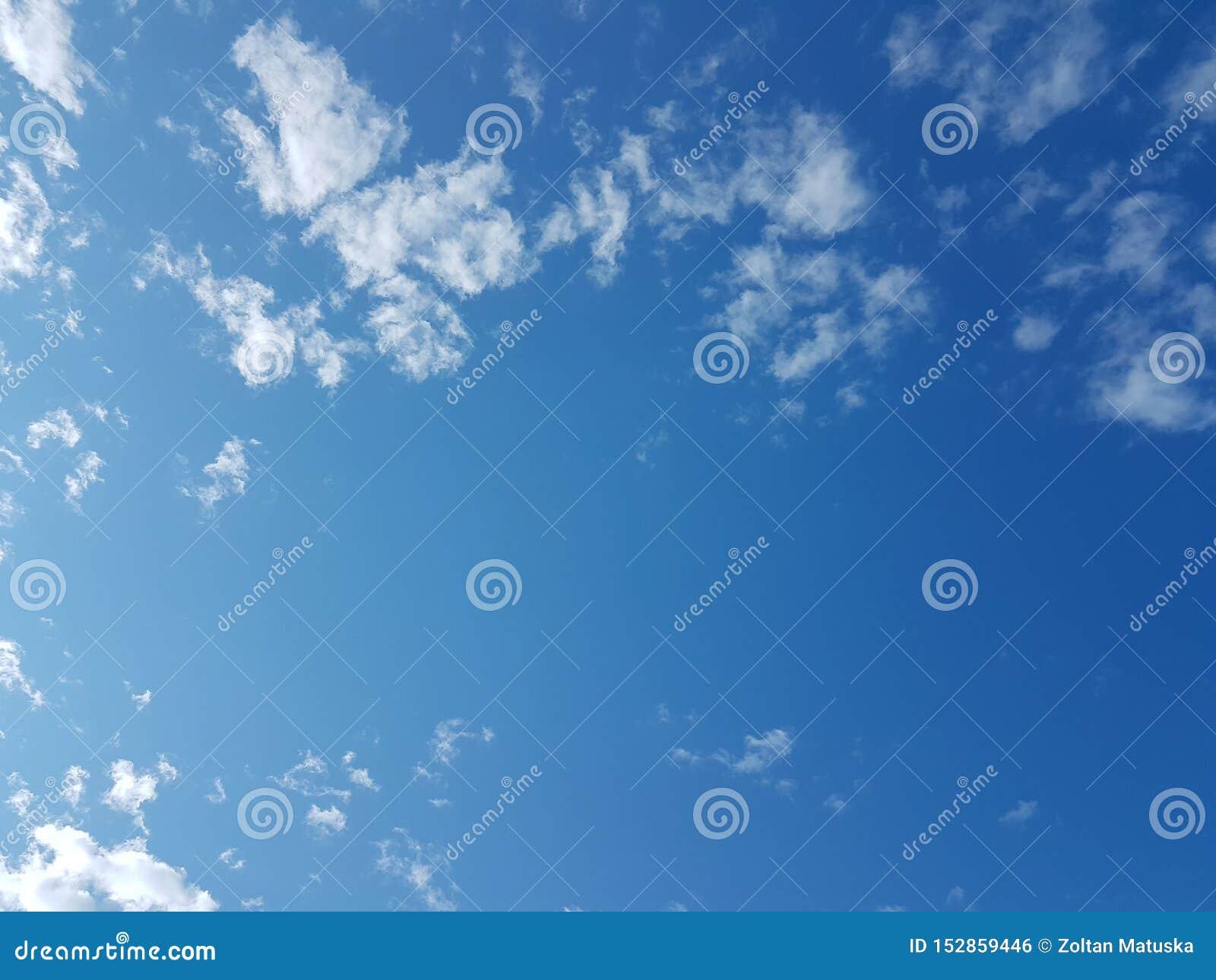 Ciel bleu de cloudscape d été avec le fond vide vide naturel de l atmosphère nuageuse de nuages