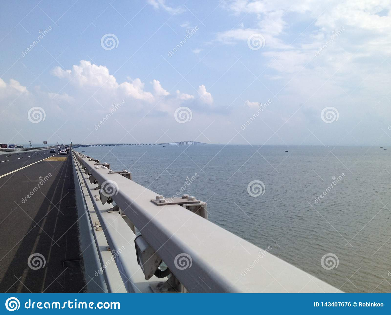 Ciel bleu de pont croisé de mer