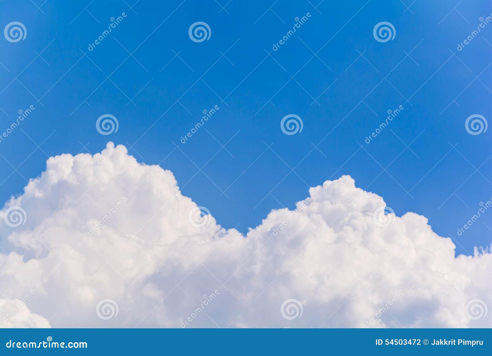 Ciel bleu et nuages pendant l été