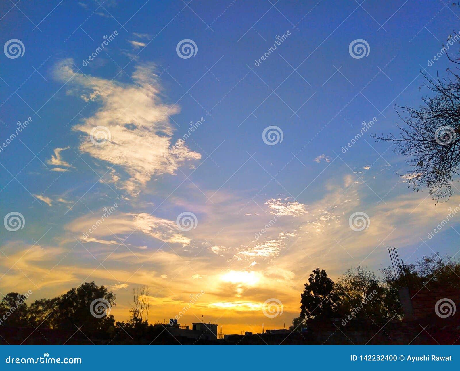 Ciel bleu et ciel orange avec le coucher du soleil