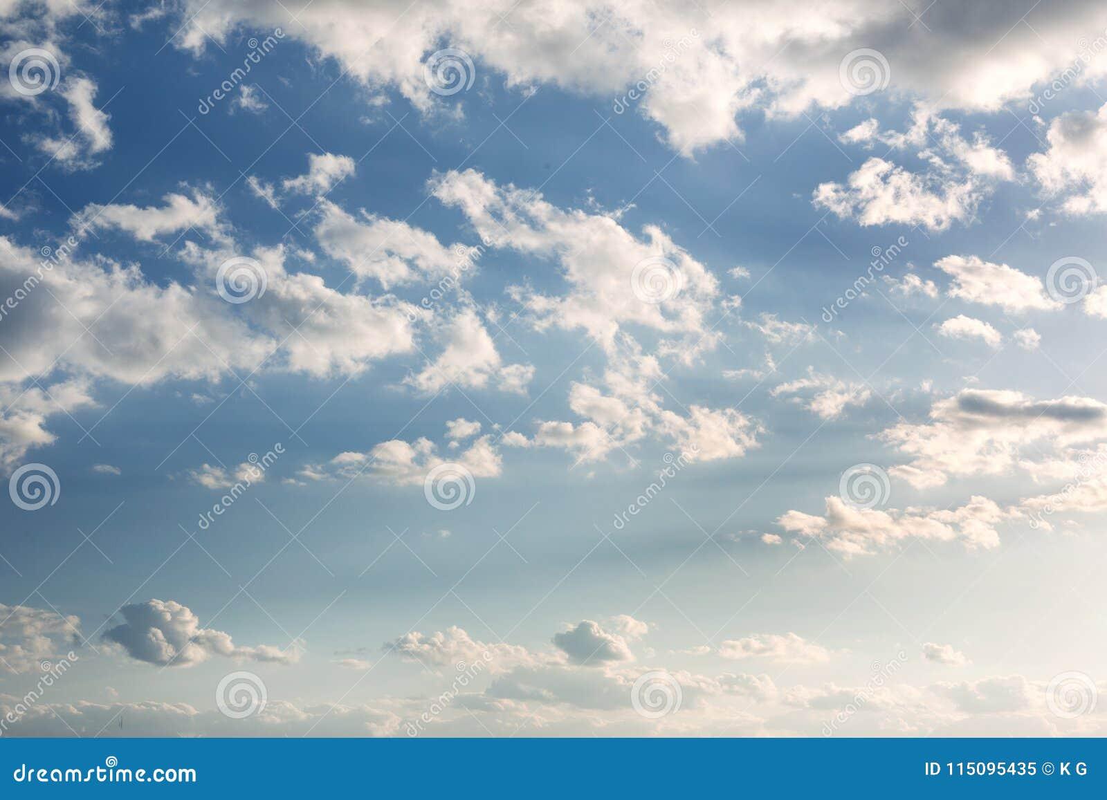 Ciel bleu vibrant avec les nuages blancs Beau fond de nature