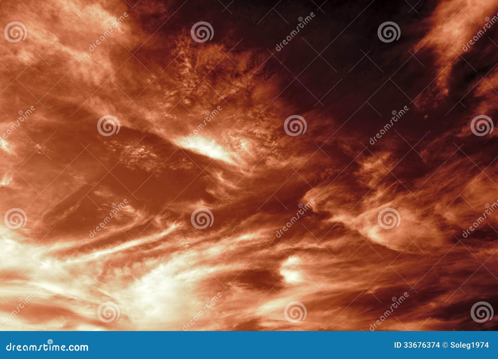 Ciel brun-rougeâtre foncé de soirée