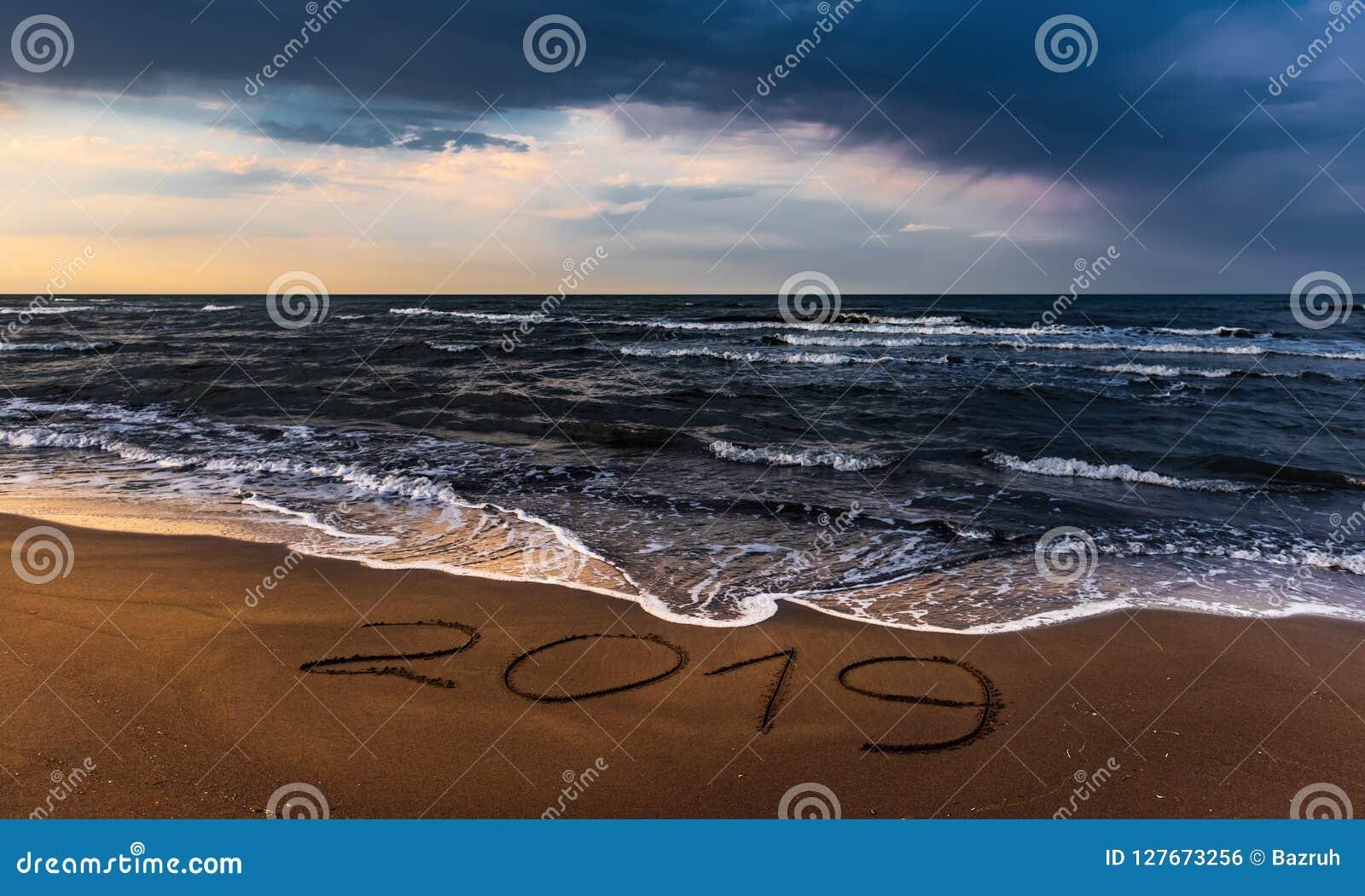 Ciel coloré étonnant au-dessus de mer, plage vide