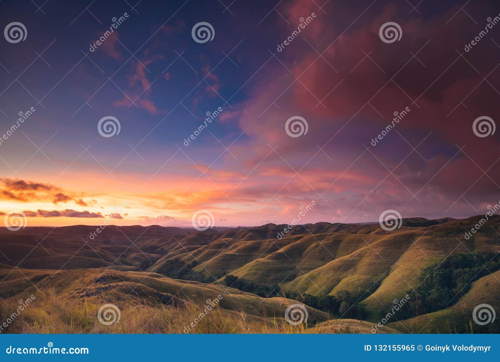 Ciel coloré de coucher du soleil au-dessus de panorama de montagne