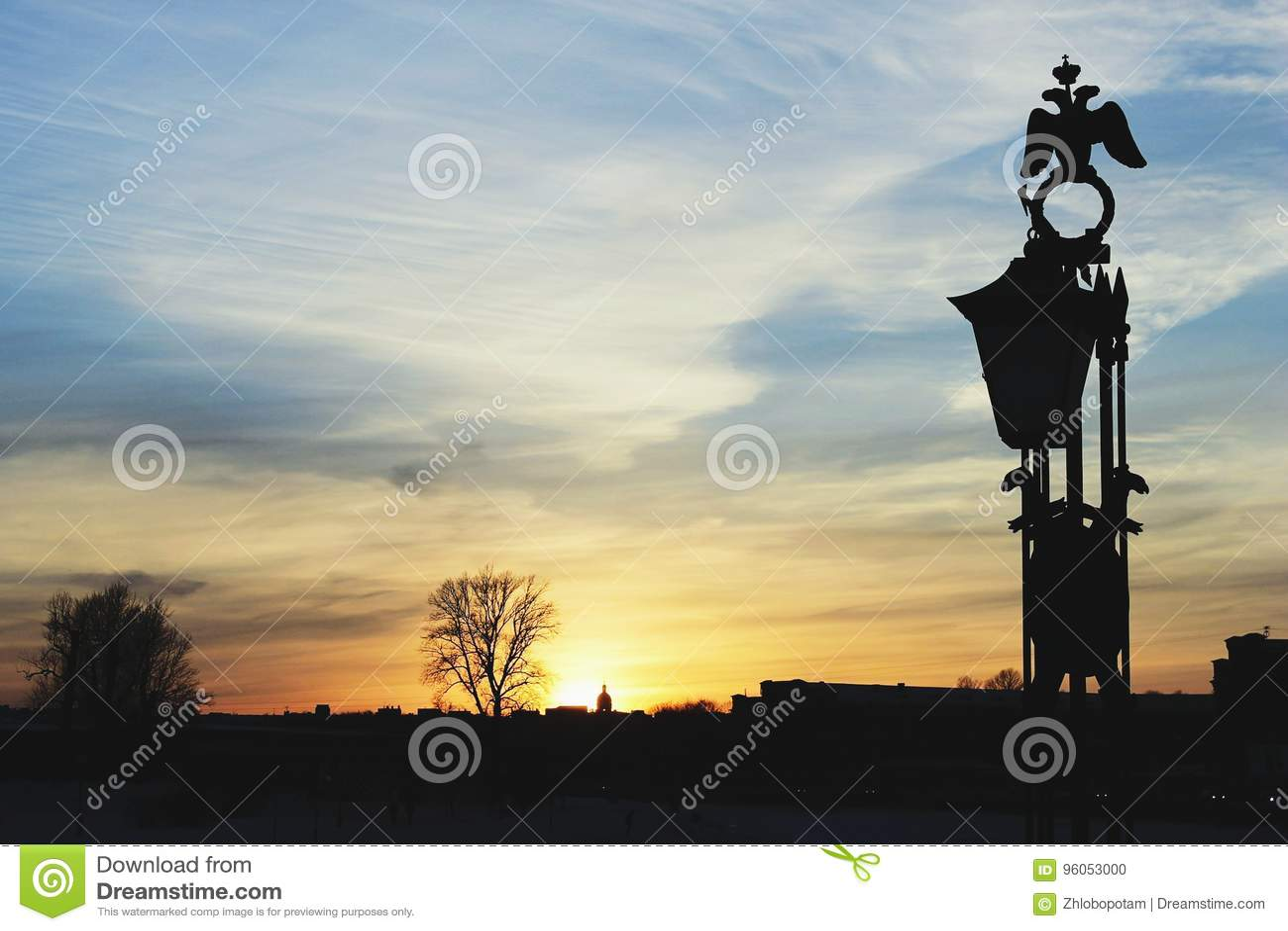 Ciel d aube et silhouette de la décoration de pont