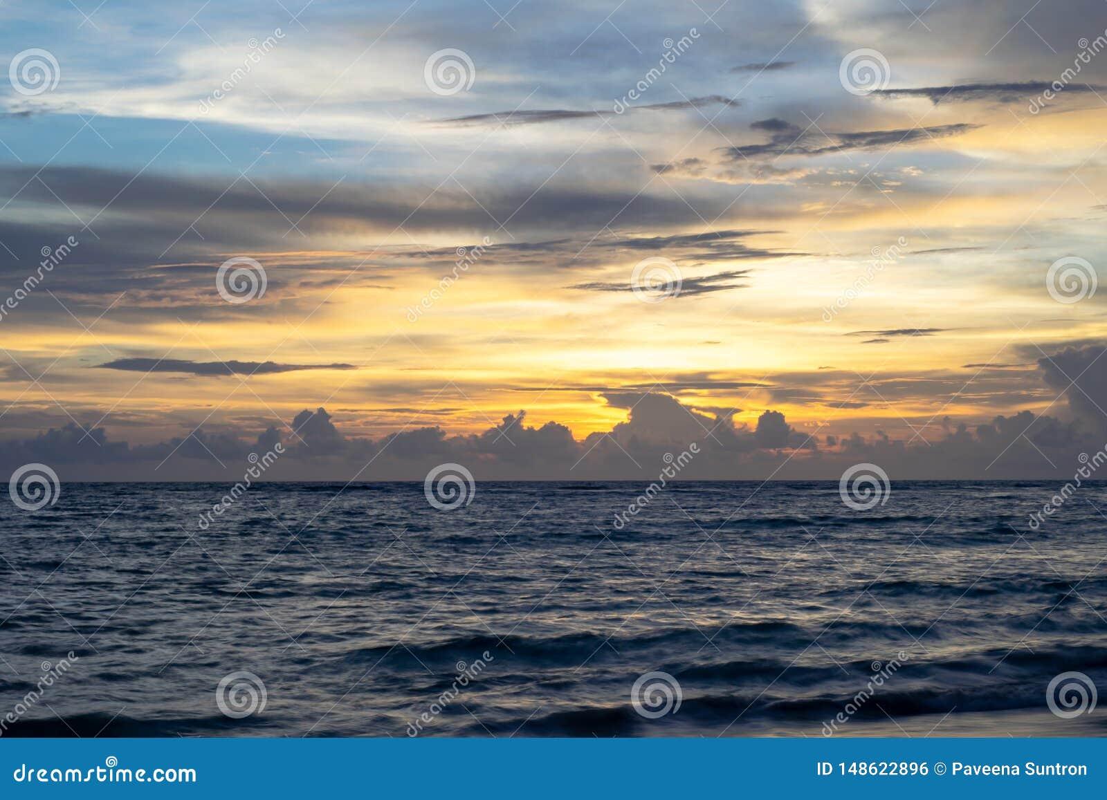 Ciel de croisement de coucher du soleil, lumi?re orange, vagues de mer calme