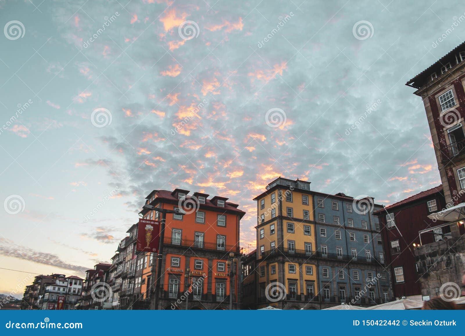 Ciel et bâtiment colorés de Porto