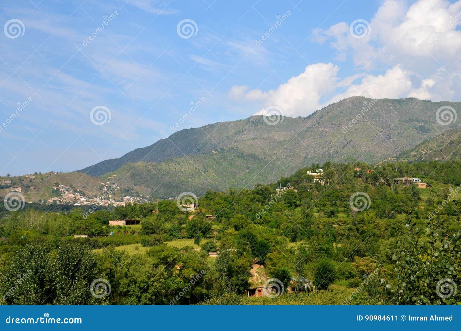 Ciel et maisons de montagnes dans le village de la vallée Khyber Pakhtoonkhwa Pakistan de coup
