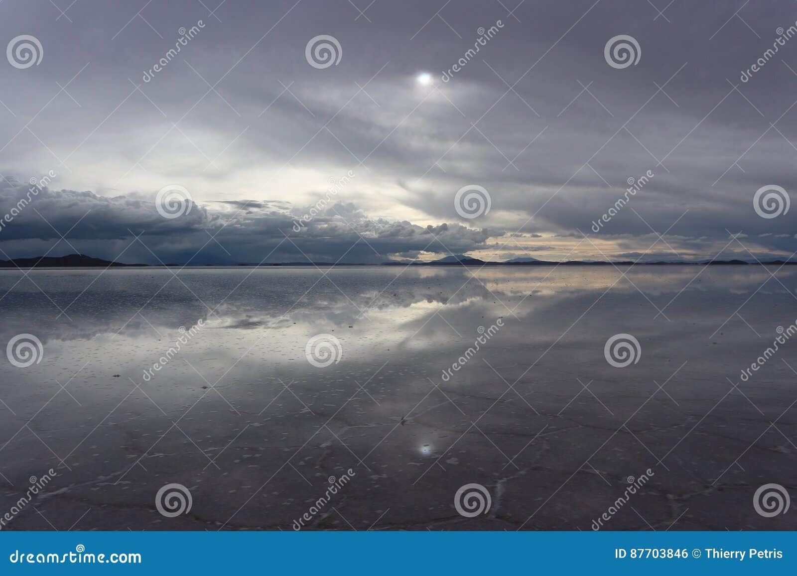 Ciel et réflexion au-dessus du sel d Uyuni plat