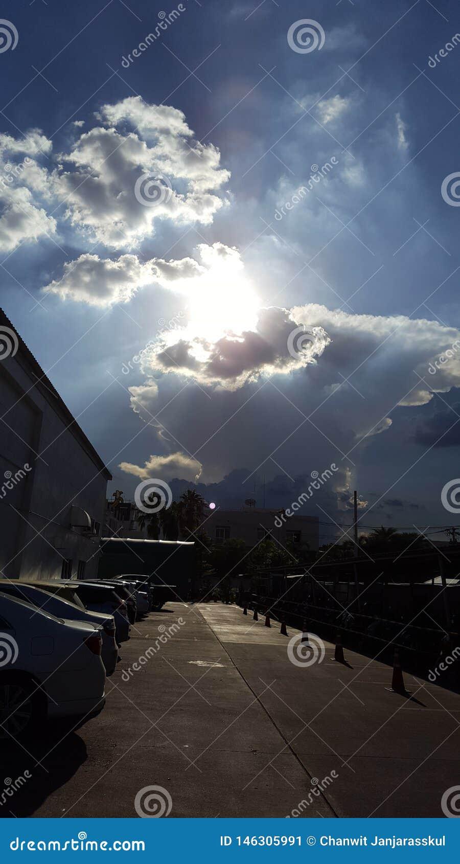 Ciel merveilleux avec le soleil et le beau nuage