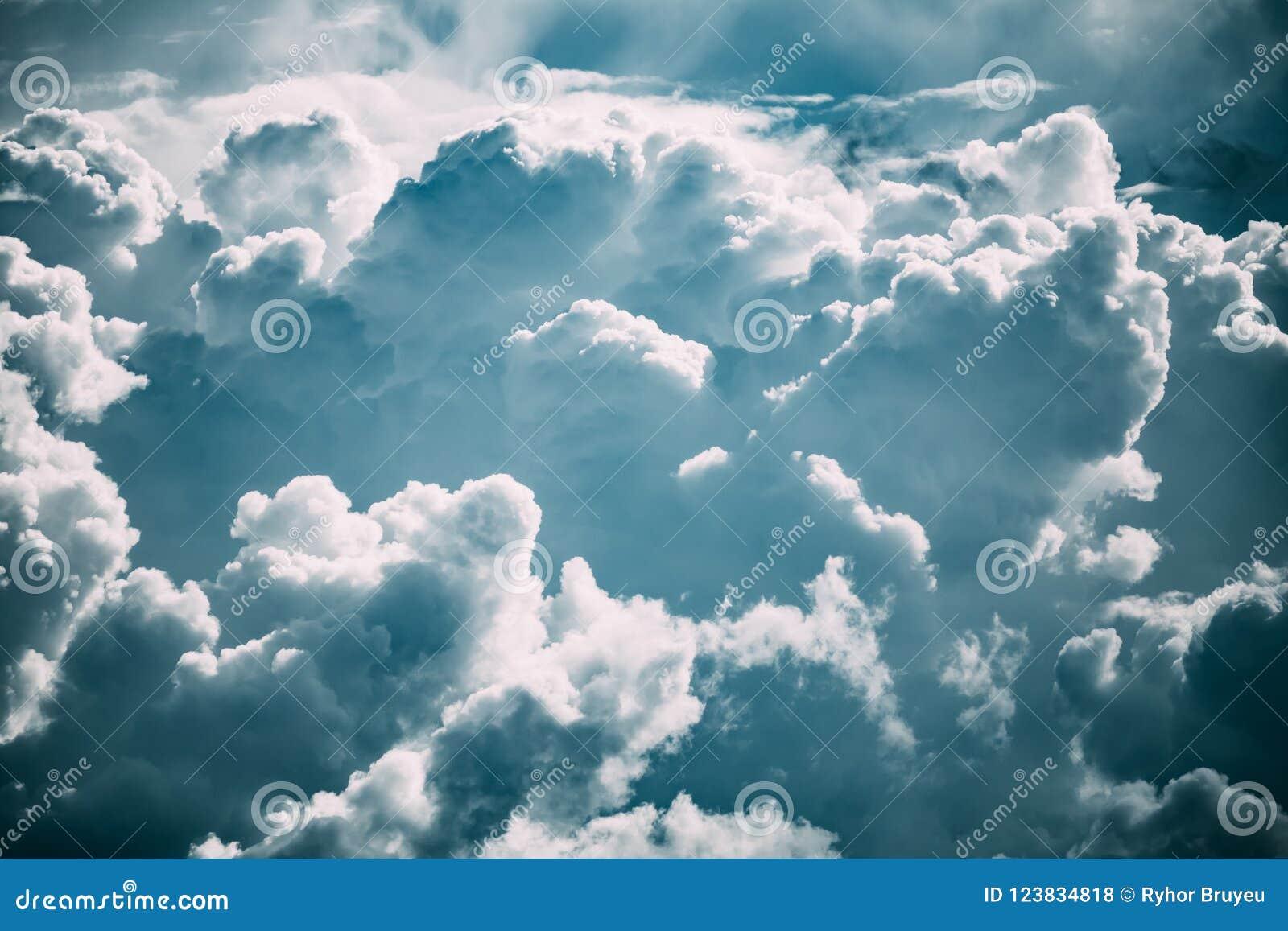 Ciel nuageux avec les nuages pelucheux en Sunny Day Before Storm