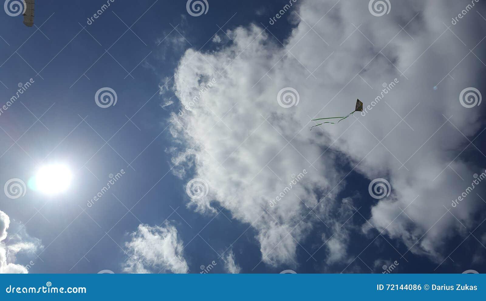 Ciel nuageux et un cerf-volant