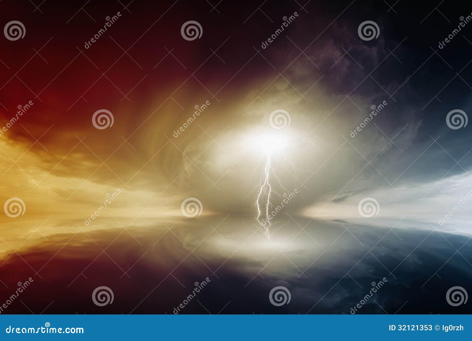 Ciel orageux avec des foudres