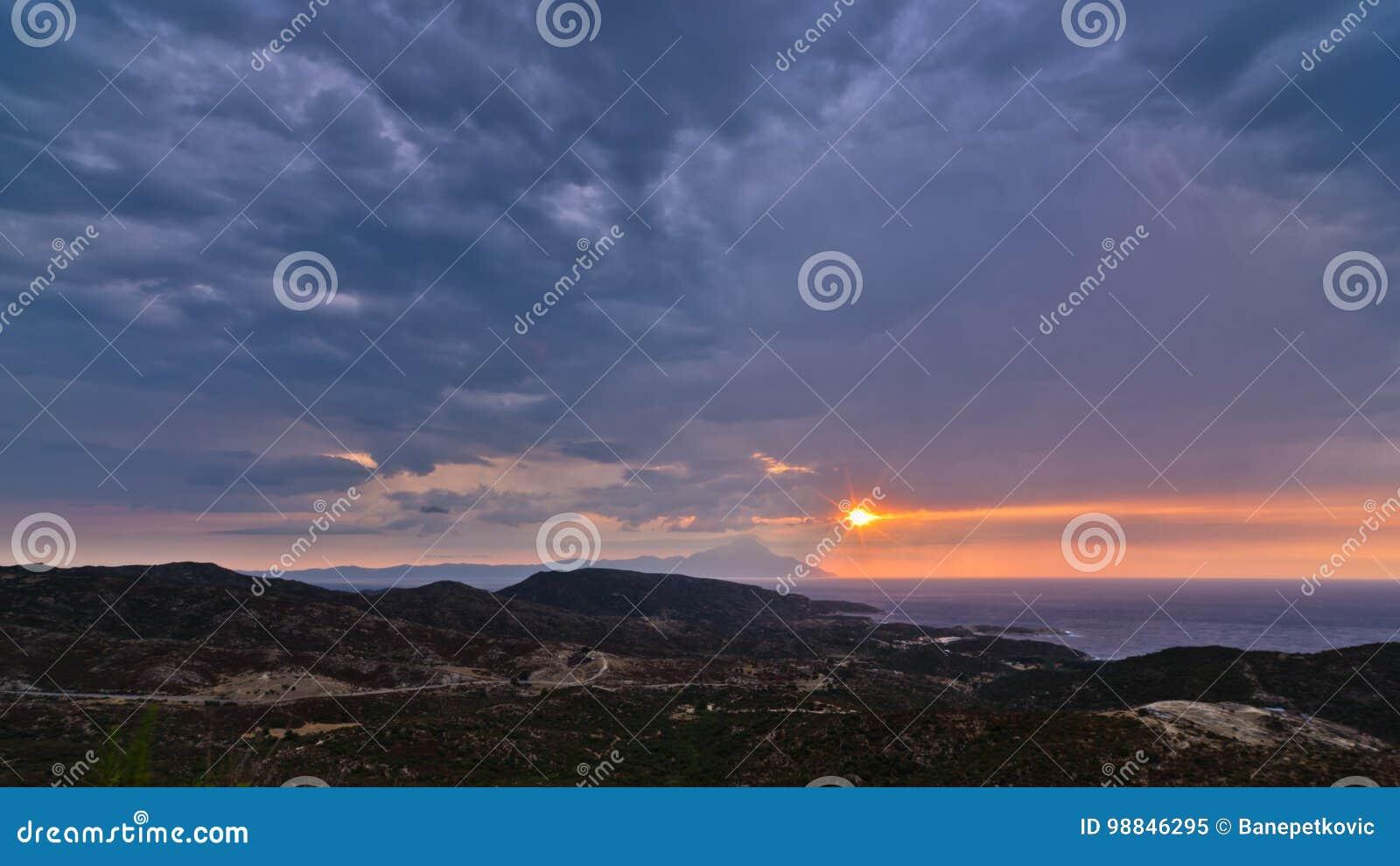 Ciel orageux et lever de soleil à la montagne sainte Athos