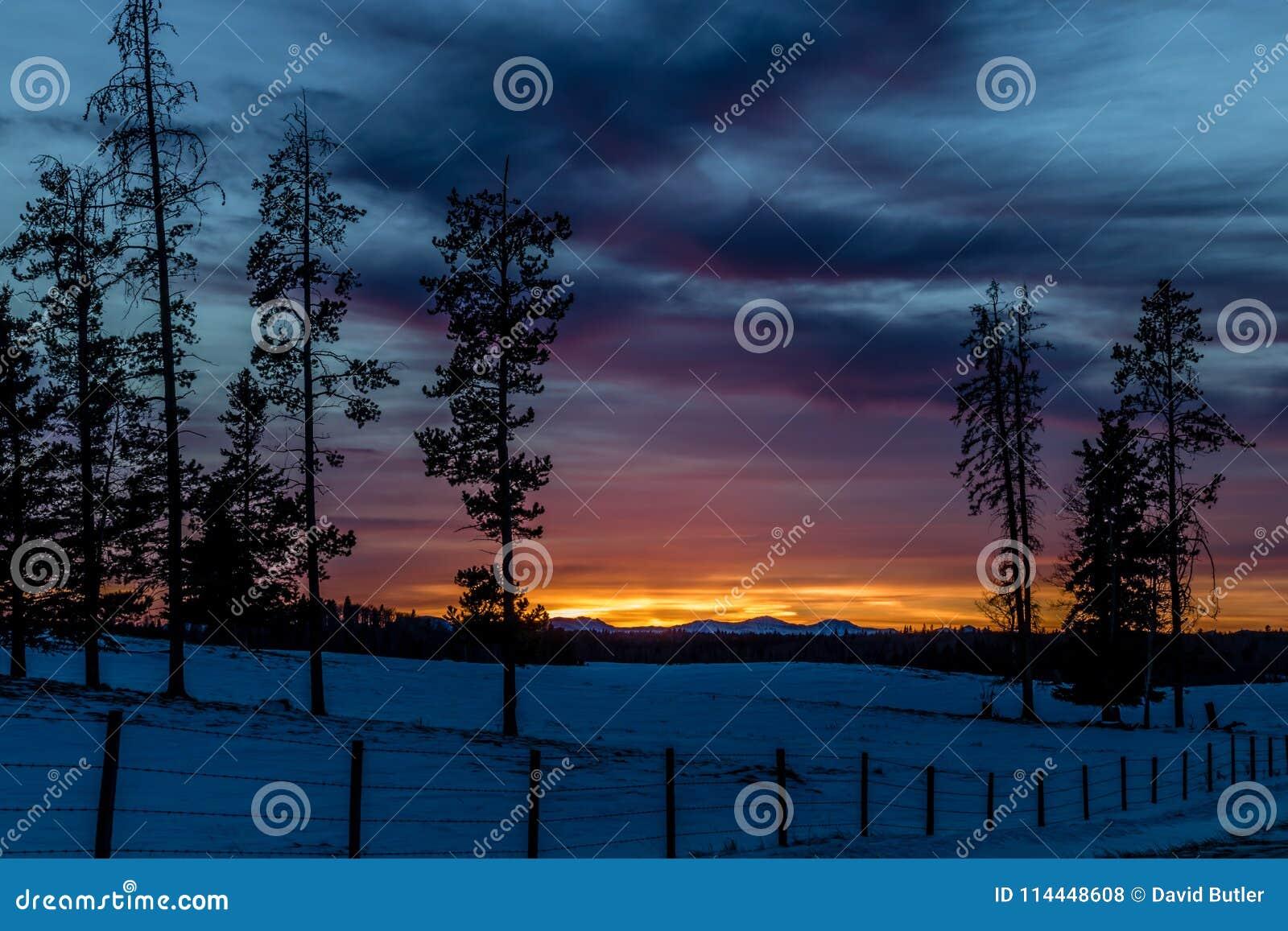 Ciel rouge la nuit, coucher du soleil, cowboy Trail, Alberta, Canada