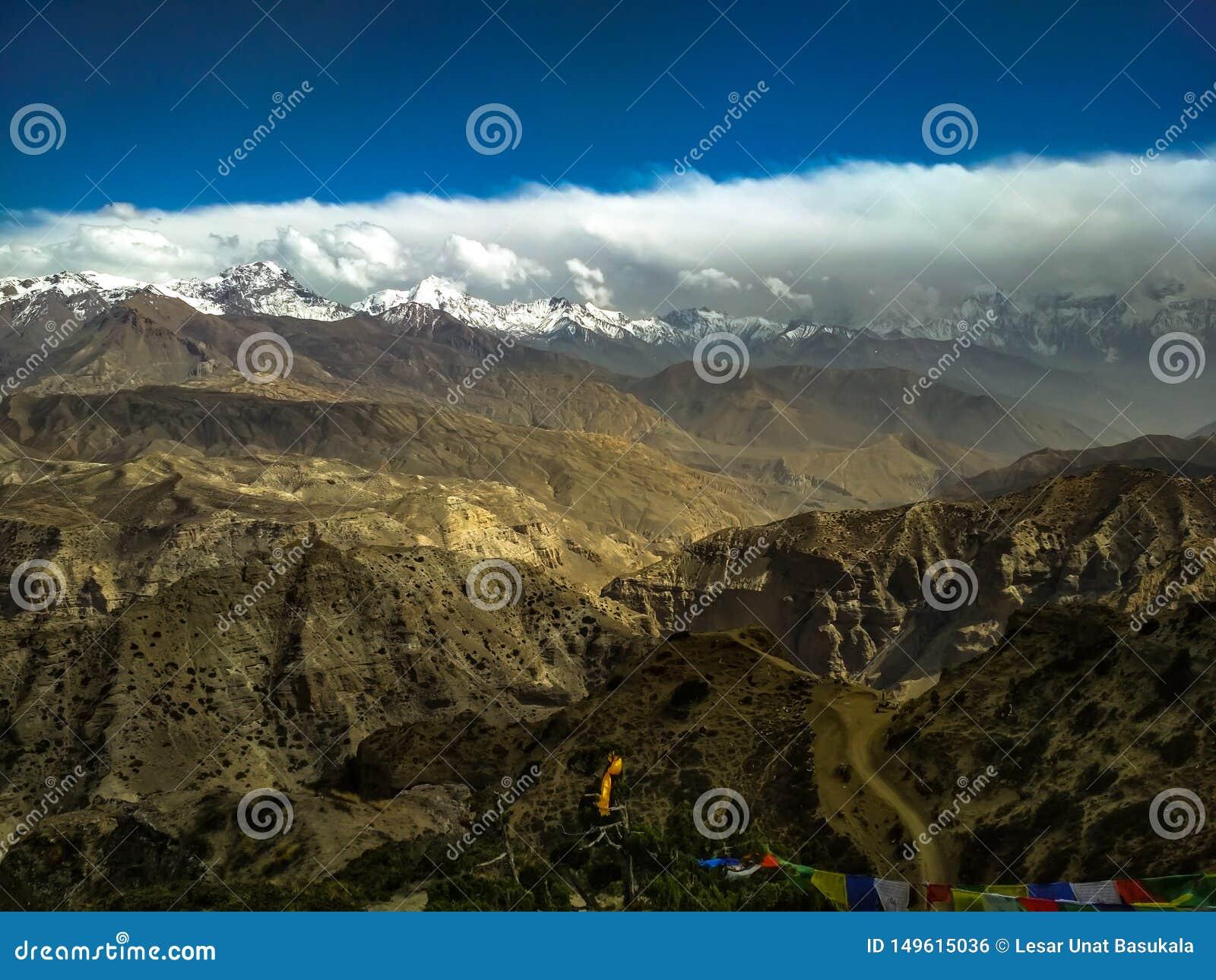 Ciel sur le mustang sup?rieur de la terre avec des gammes de montagne et des gammes des collines