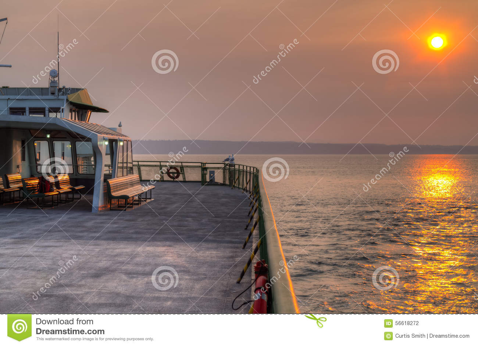 Cielo ahumado de la puesta del sol del estado de Washington del transbordador los E.E.U.U.