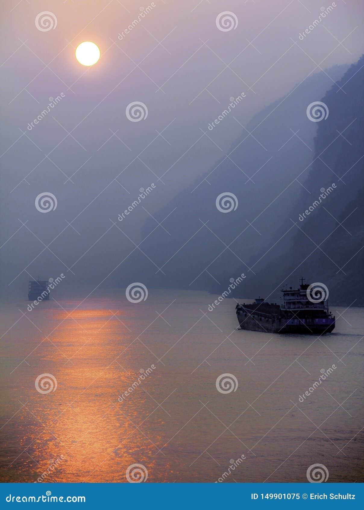 Cielo ahumado en el río Yangzi