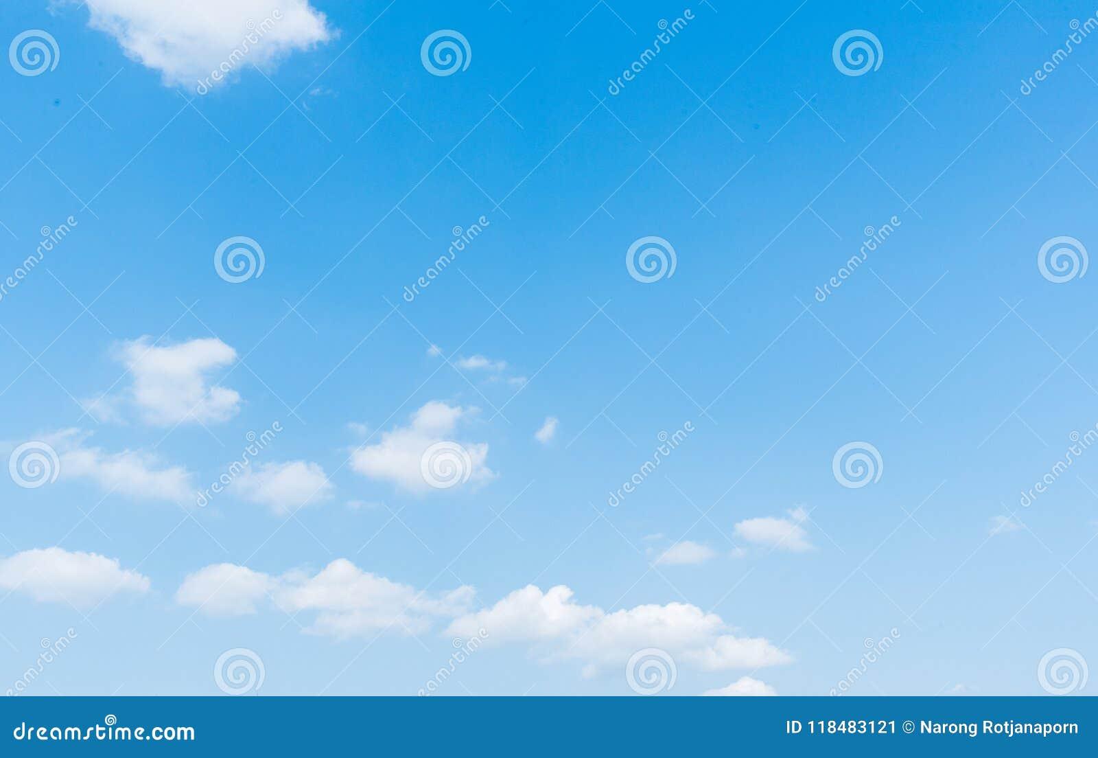 Cielo azul claro con el fondo de la nube