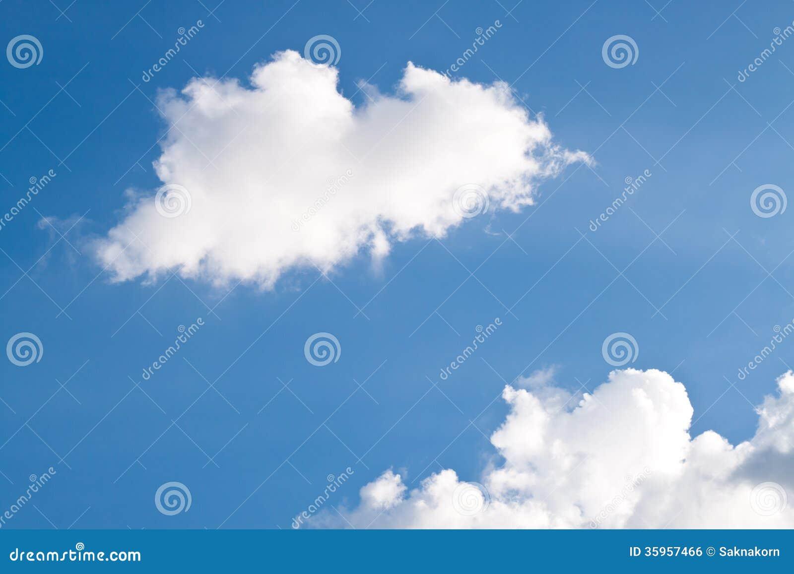 Cielo azul con la nube