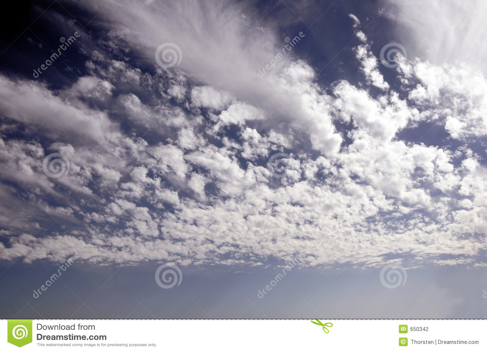 Cielo azul con las nubes blancas