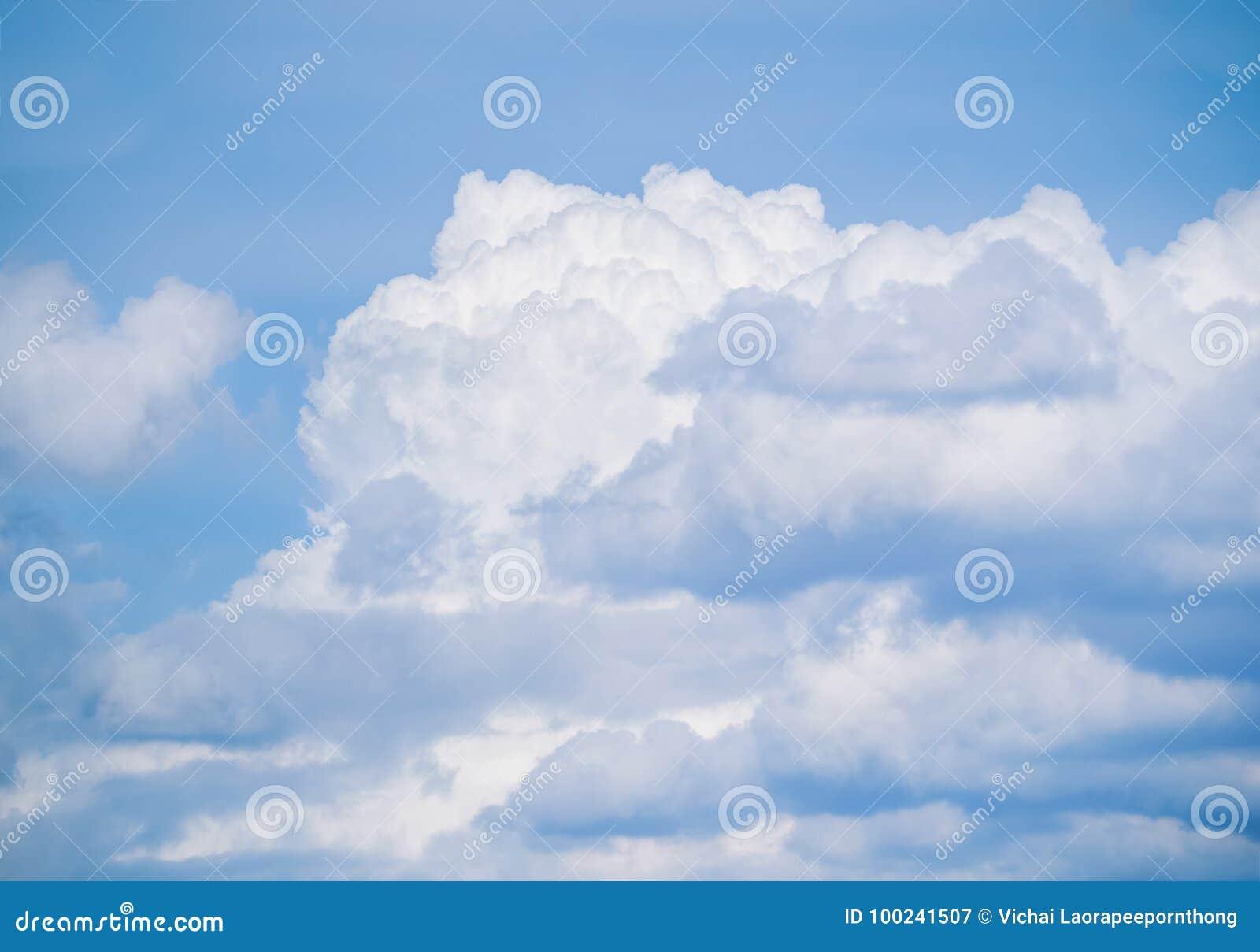 Cielo azul con las nubes de las porciones
