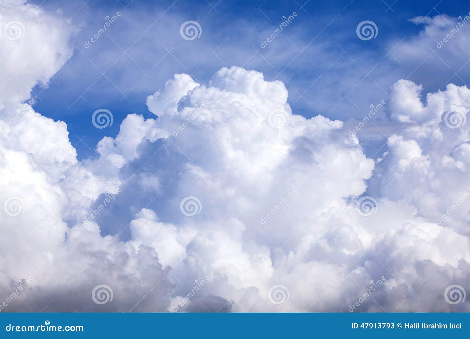 Cielo azul de las nubes hinchadas