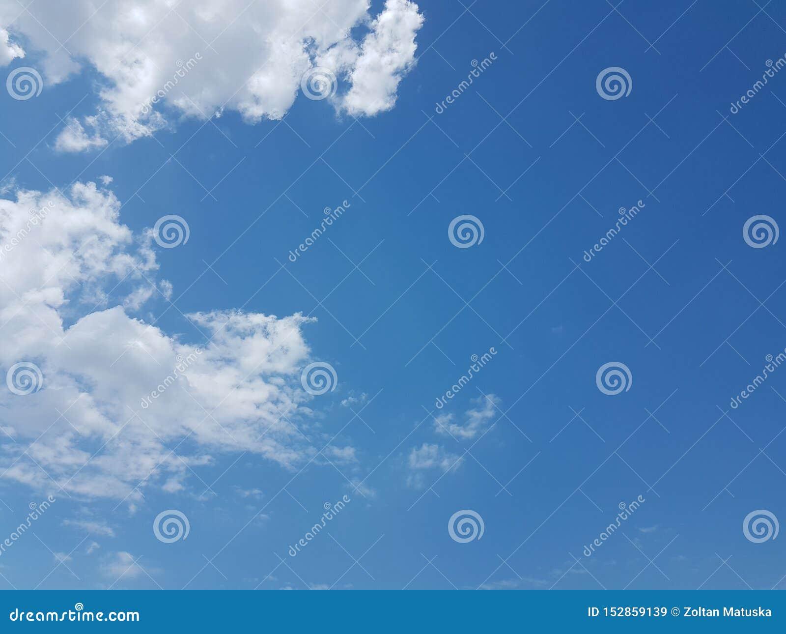 Cielo azul del cloudscape del verano con el fondo en blanco vacío natural de la atmósfera nublada de las nubes