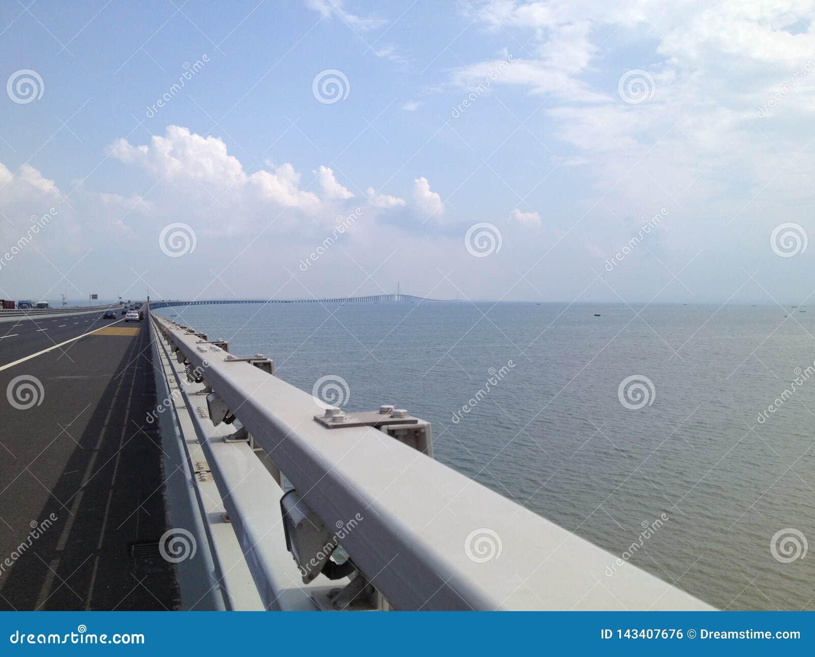 Cielo azul del puente cruzado del mar