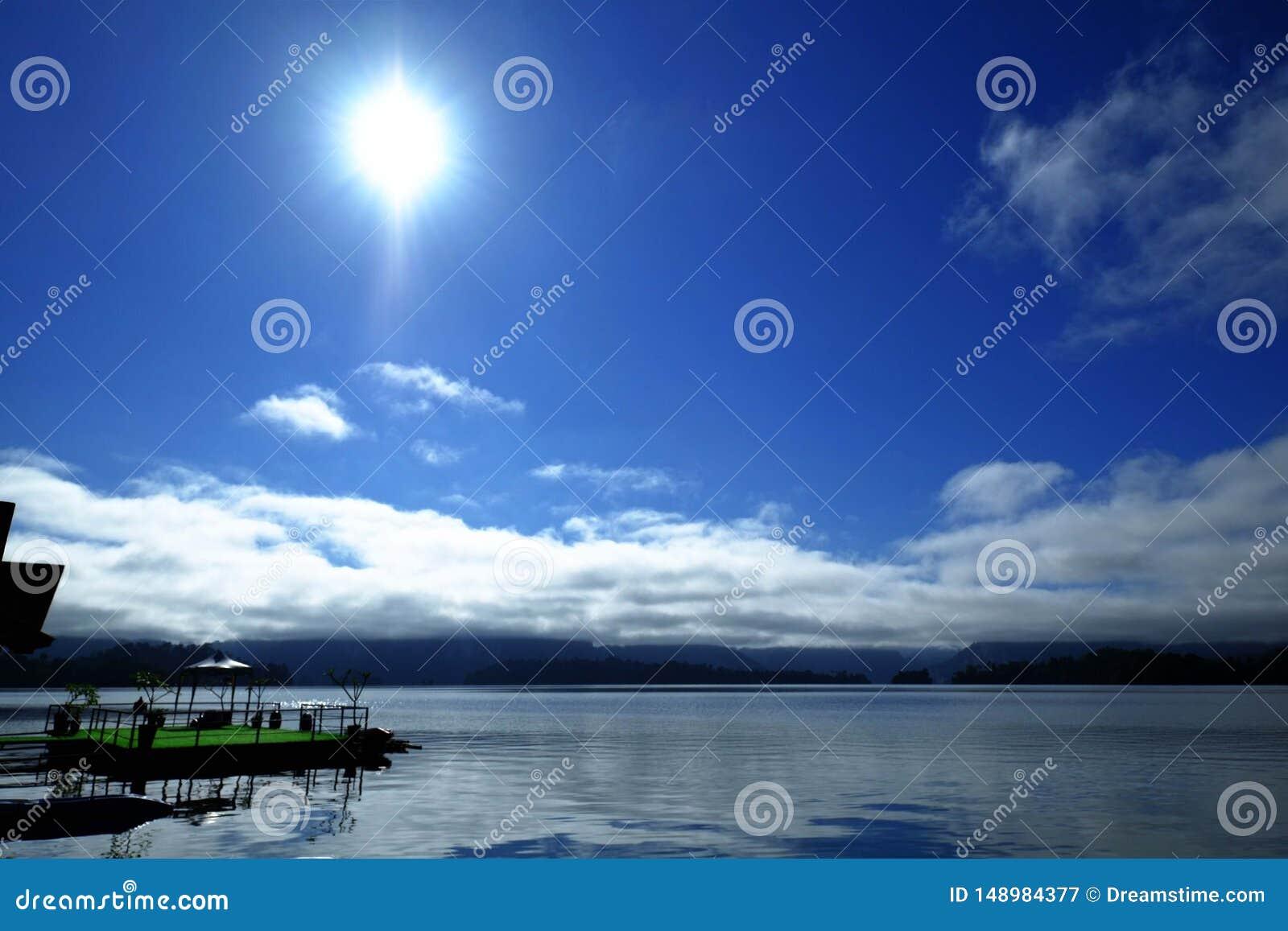 Cielo azul en verano