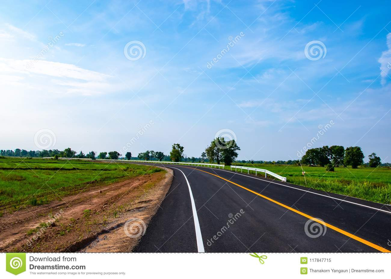 Cielo azul hermoso sobre el nuevo camino por la mañana en el paisaje del campo de Tailandia
