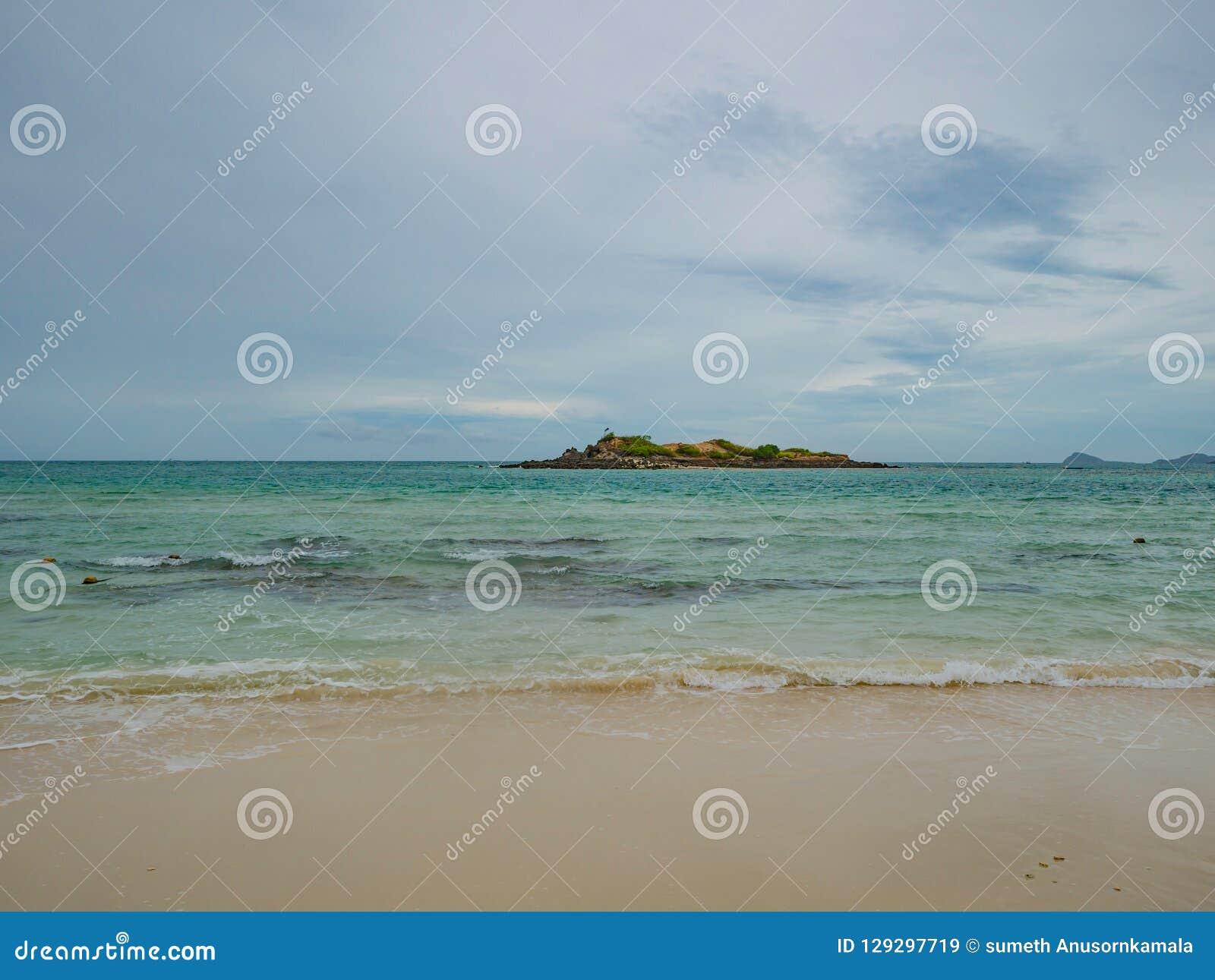 Cielo azul idílico tropical de océano y playa hermosa en tiempo de vacaciones