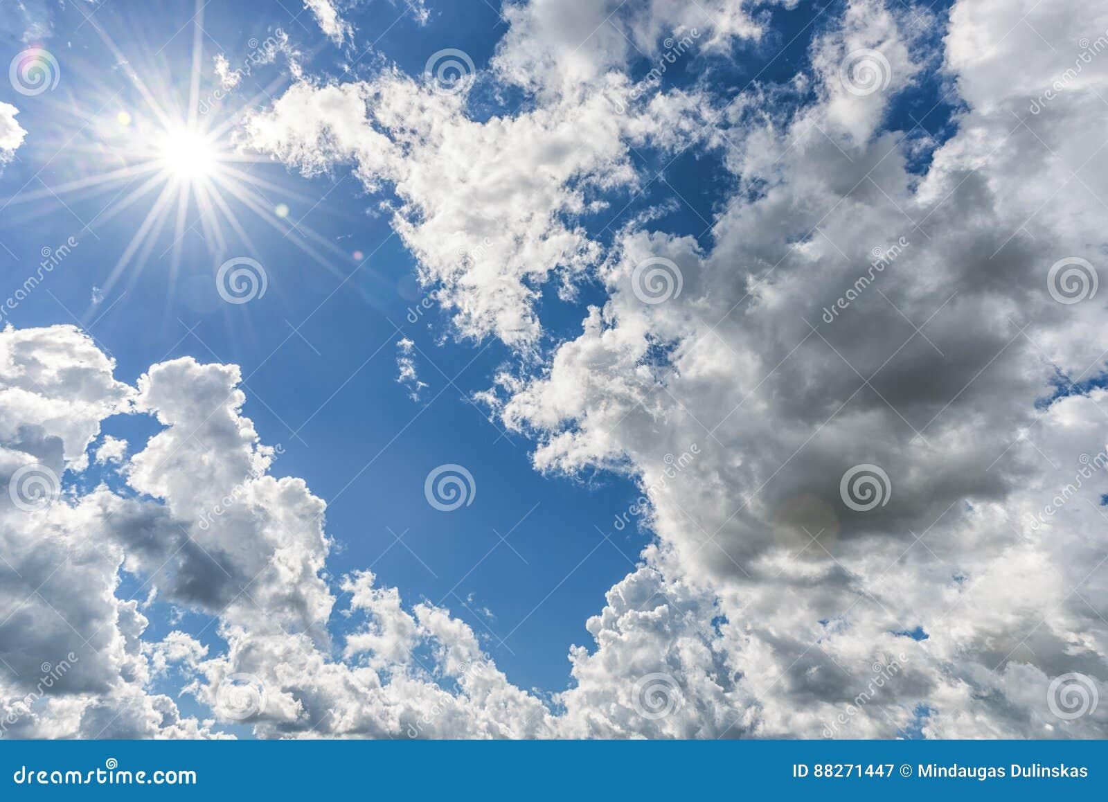 Cielo azul nublado como fondo Luz del sol directa, Sun sobre las nubes